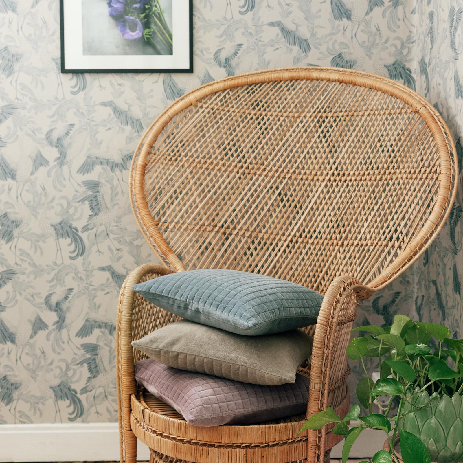 sammetskudde i peacock stol vintagefabriken