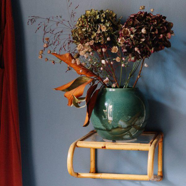 gron vas med torkade blommor