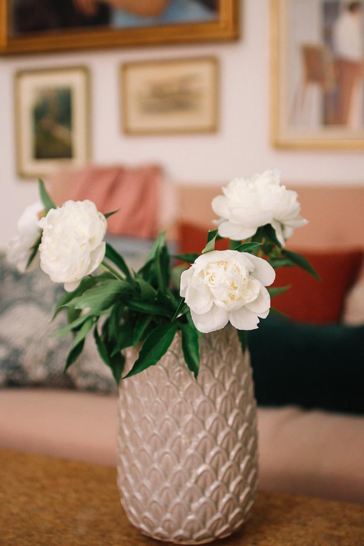 bf68c88a9ebc Självklart använder vi en vas från vår butik – den personliga favoriten  vasen Limonium.