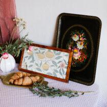 brickor med blommor och croissant och bukett med blommor