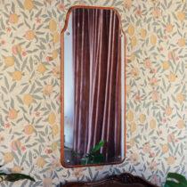 gammal spegel med en blommig tapet
