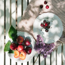 vintage assietter i vitt med frukt