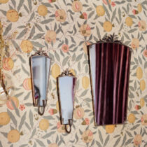 speglar med blommig tapet